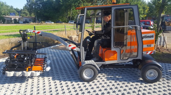 Optimas Paver laying machine type T22 - Drives over freshly laid paving surface