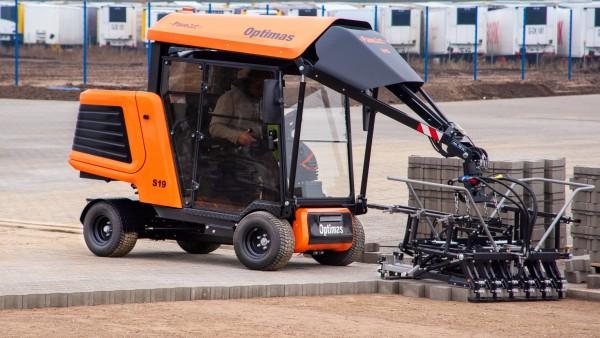 Optimas Pflasterverlegemaschine S19-Frontansicht Steinlage ablegen ins Pflasterbett